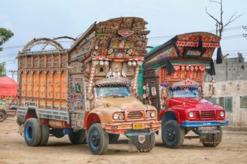 L'arte dei 'Jingle Trucks'. Dal Pakistan all'India: i caleidoscopici camion che attraversano l'Asia minore